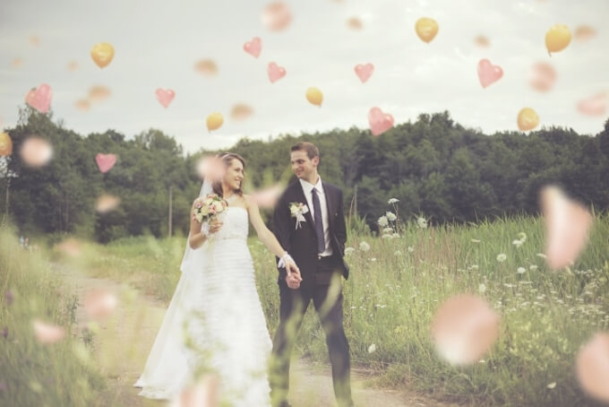 結婚式に向かうカップル