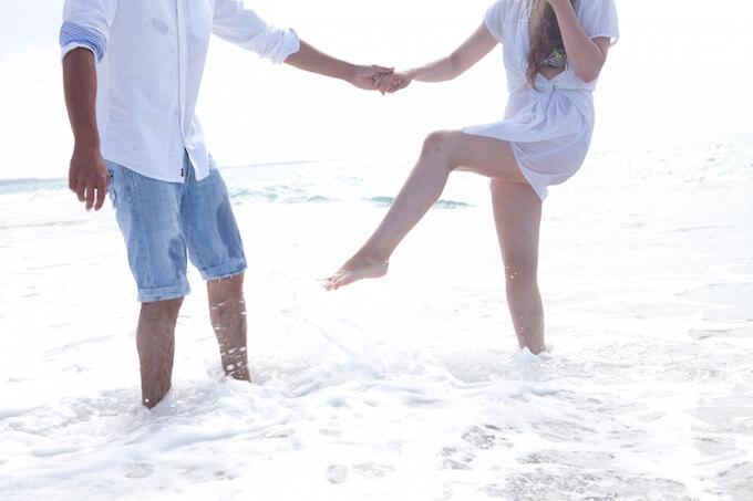 海辺で遊ぶカップル