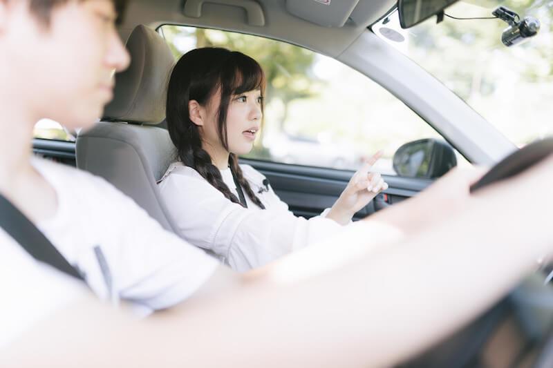 ドライブデートするカップル