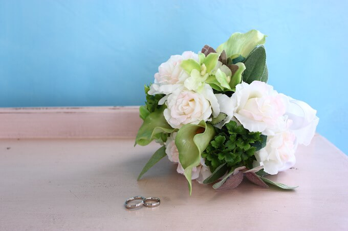 花と結婚指輪
